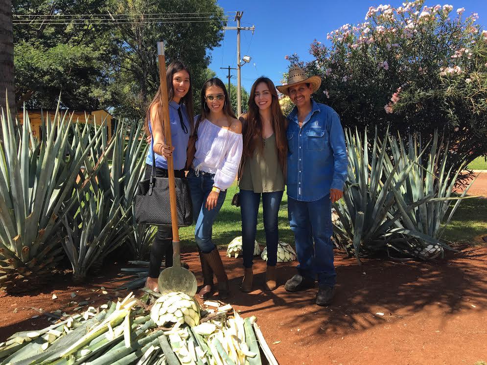 Jimador de Piñas de agave en la Hacienda Tequilera productor de Tequila Herradura en Amatitan Jalisco