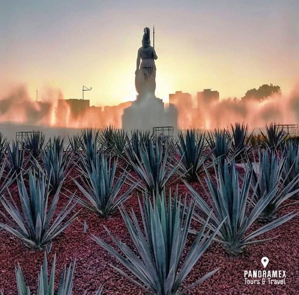 La Minerva una Glorieta y escultura enmedio de una fuente que simulan nubes desde donde emerge la Diosa Atenea en Guadalajara Jalisco México